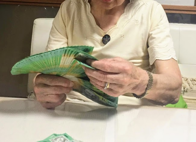 扇のように広がる紙幣は母の得意技